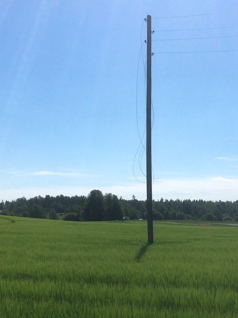 puhelinpylväs pellolla