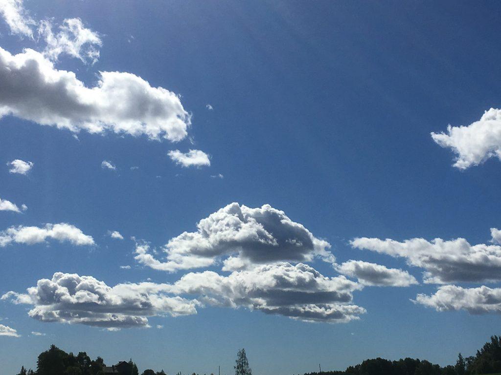 Pilviä sinisellä taivaalla